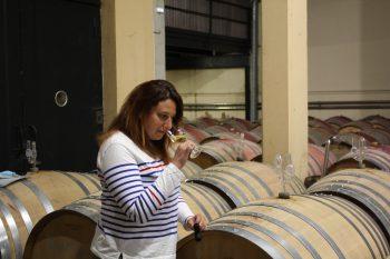 Emilie Lejour goûte un vin blanc